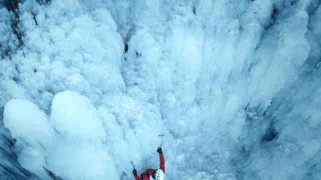 climbing up the ice slope - eisklettern stock-videos und b-roll-filmmaterial