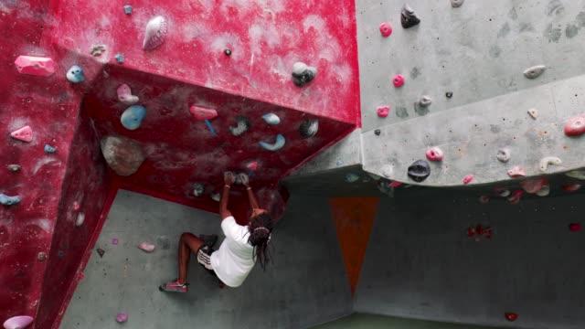 kletter wand sprung - bouldering stock-videos und b-roll-filmmaterial