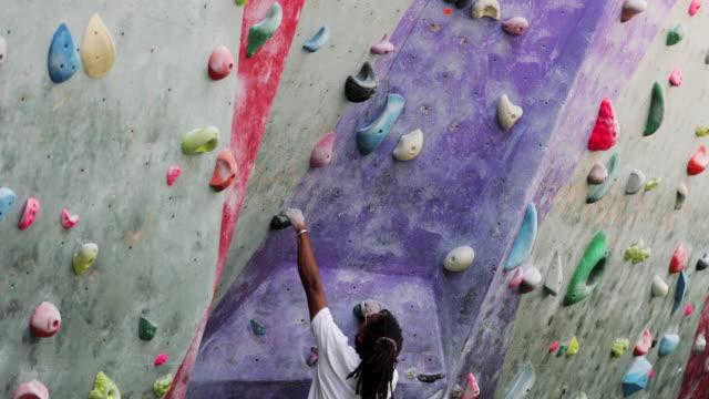 climbing wall muscular build - balance video stock e b–roll