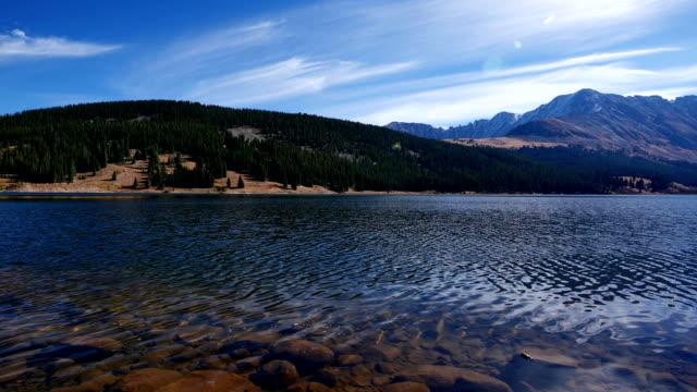 vídeos de stock, filmes e b-roll de clinton gulch dam reservoir, montanhas rochosas - aspen colorado