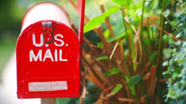 2 clip von cu dolly rechts und links kamera von home-dekoration mit roten metall-briefkasten im garten. - briefkasten stock-videos und b-roll-filmmaterial