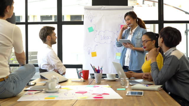 4k klipp personer affärsidé grupp, footage av gruppen av asiatisk och multietniskt affärsmän med casual passar arbetar och brainstorming. - fritidskläder bildbanksvideor och videomaterial från bakom kulisserna