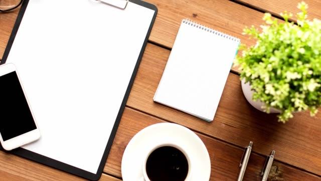 klembord, smartphone, kopje koffie en notebook video