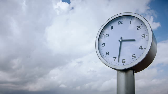 vídeos de stock e filmes b-roll de clock in the sky - climate clock