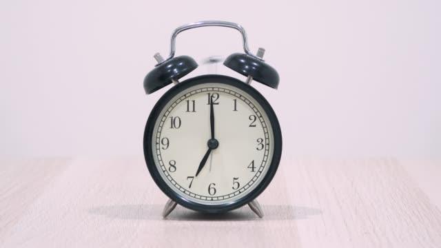 klock rörelse timelapse visar passnings tid. - alarm clock bildbanksvideor och videomaterial från bakom kulisserna
