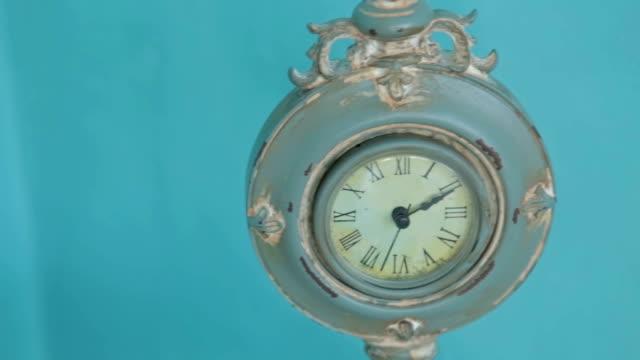 vídeos de stock e filmes b-roll de relógio de mesa - climate clock