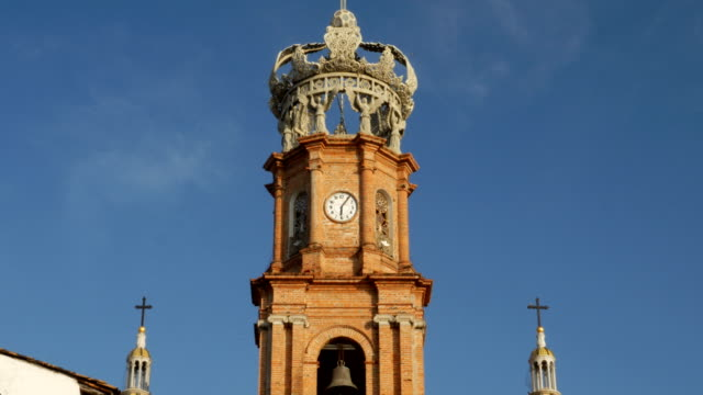 vídeos de stock e filmes b-roll de clock tower and crown of church of our lady guadalupe, puerto vallarta, mexico - climate clock