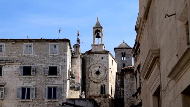 stockvideo's en b-roll-footage met klokkentoren in het volksplein in split, kroatië - raam bezoek