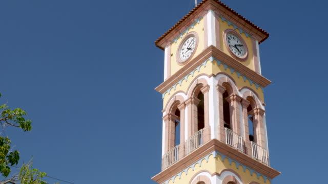 vídeos de stock e filmes b-roll de clock tower of the parroquia de la santa cruz in puerto vallarta, mexico - climate clock
