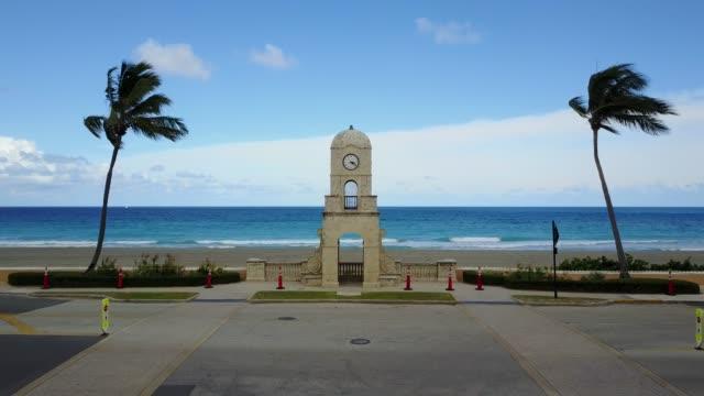 vídeos de stock e filmes b-roll de clock tower on palm beach, fl during covid-19 - climate clock