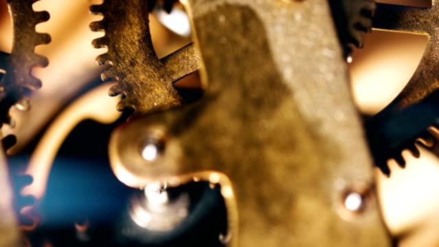vidéos et rushes de horloge engrenages de travail - rouage mécanisme
