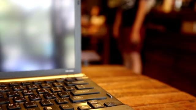 clos upp arbetar på bärbar dator på ett kafé. - coffe with death bildbanksvideor och videomaterial från bakom kulisserna