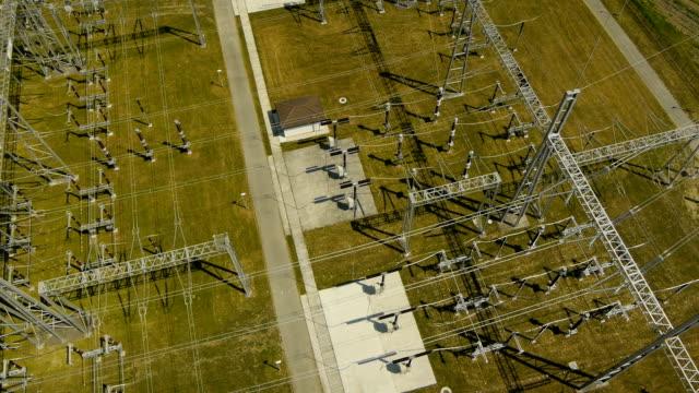 chiudi veduta aerea su cabina elettrica - sottostazione elettrica video stock e b–roll