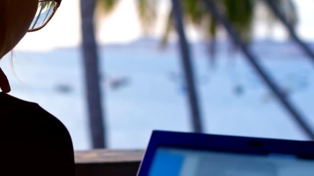 nära tillbaka visa dam i glasögon sitter framför anteckningsboken - människorygg bildbanksvideor och videomaterial från bakom kulisserna