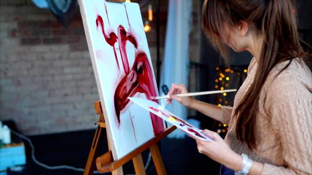 vídeos de stock, filmes e b-roll de olhar mais atento o trabalho de um artista no processo. - arte, cultura e espetáculo