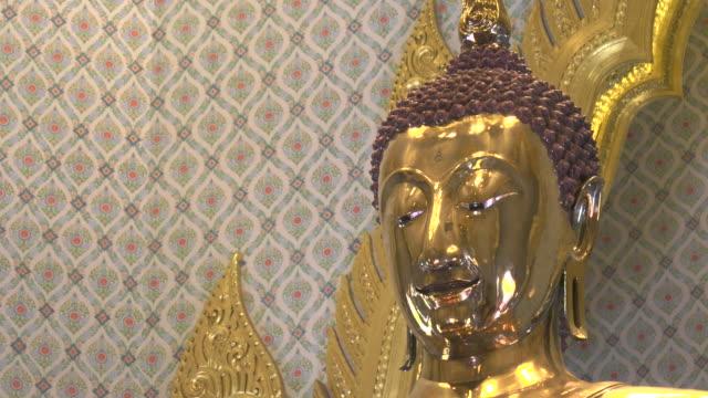 vídeos y material grabado en eventos de stock de cerrar la cacerola de la cabeza de oro macizo de un estatua de buda en wat traimit templo - sudeste