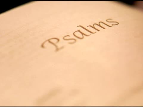 ntsc — крупный пан на книге псалмы в библия - ветхий завет стоковые видео и кадры b-roll