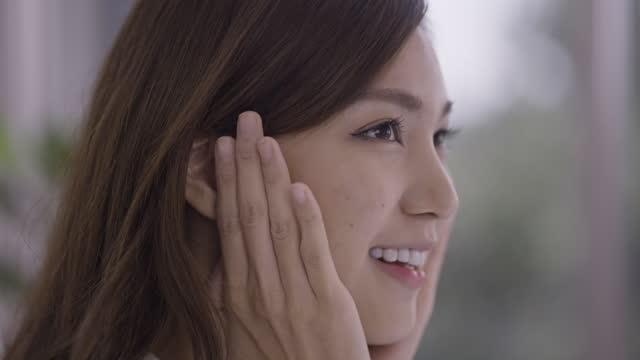 手で顔に触れる女性のクローズショット - 清らか点の映像素材/bロール
