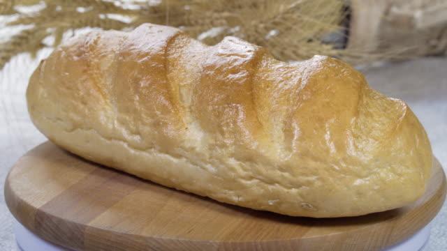 닫습니다. 4k. 다양 한 종류의 신선한 홈메이드 구운 빵 테이블에 - 식빵 한 덩어리 스톡 비디오 및 b-롤 화면