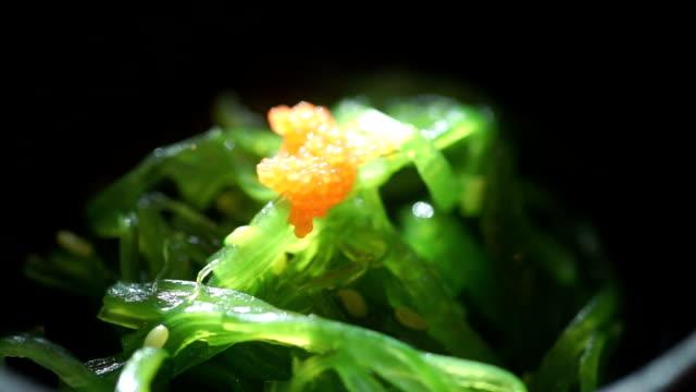 weit oben einen frische algen salat: japanisches essen. - algen stock-videos und b-roll-filmmaterial