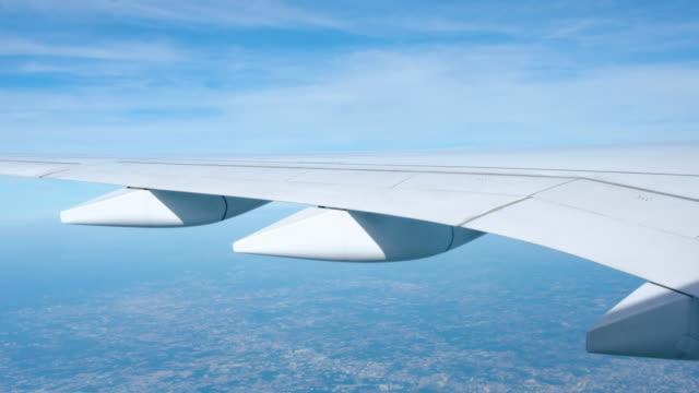 close up airplane wing when flying over city. - skrzydło samolotu filmów i materiałów b-roll