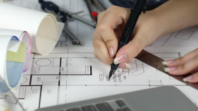 Gros plan architecte dessin sur plans - Vidéo