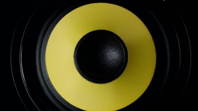 stockvideo's en b-roll-footage met close-up bij het verplaatsen van de subwoofer. spreker deel. zwarte en gele kleuren. 4k video - luidspreker