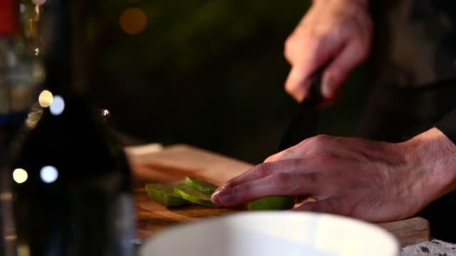 매력적인 잘 생긴 아시아 남성 바텐더 손을 닫고 검은 정장 정장 슬라이스 레몬 을 만들기위한 연예인으로 연예인 작업 생일 이벤트. 직업과 사람들의 라이프 스타일. 4k - bartender 스톡 비디오 및 b-롤 화면