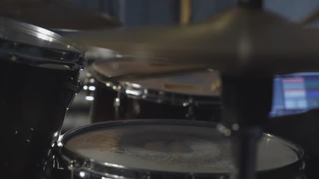 nära håll slå rytmen på trumma - trumset bildbanksvideor och videomaterial från bakom kulisserna