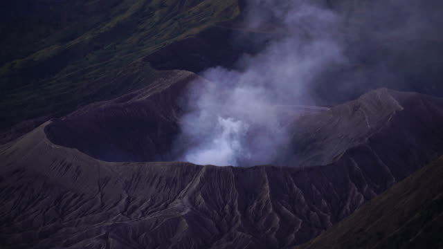 4k in der nähe, schöne mt.bromo, indonesien am morgen. - vulkan stock-videos und b-roll-filmmaterial