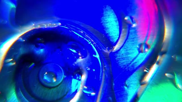 primo piano della birra possono colorato motivo festa in discoteca illuminazione - decorazione festiva video stock e b–roll