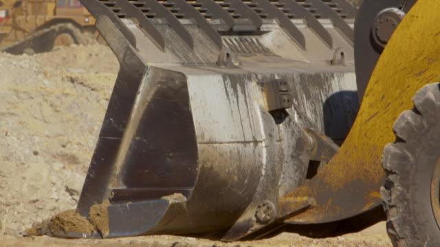 stockvideo's en b-roll-footage met close up bulldozer emmer dumping vuil bij een kolenmijn - shovel