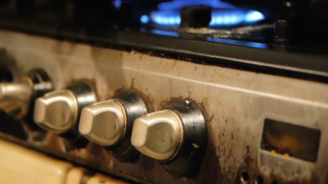 bir mutfak soba alevleri yanma sona yakın. - bunsen beki stok videoları ve detay görüntü çekimi