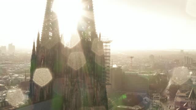 aerial: nahaufnahme um den kölner dom in schönem, trüben sonnenlicht mit regen [4k] - köln stock-videos und b-roll-filmmaterial