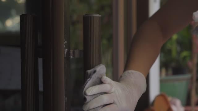 vidéos et rushes de fermez-vous vers le haut de la serrure de porte de nettoyage du covid-19 de virus - hotel