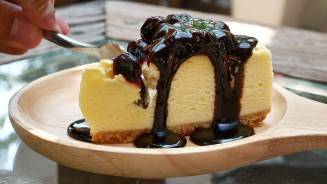 close up cutting blueberry cheesecake - sernik filmów i materiałów b-roll