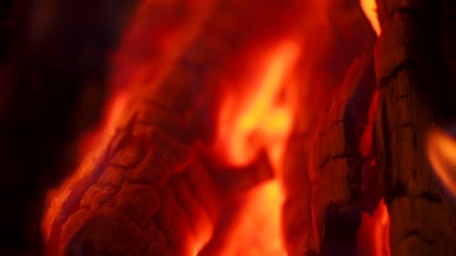 bir şenlik ateşi alevler ve köz detay çekim yakın - şömine odunu stok videoları ve detay görüntü çekimi