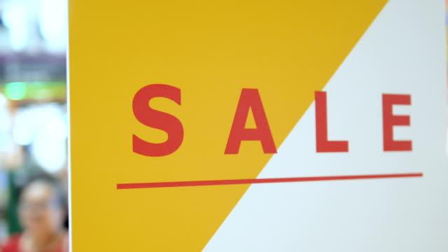close up: discount store - дискаунтер стоковые видео и кадры b-roll