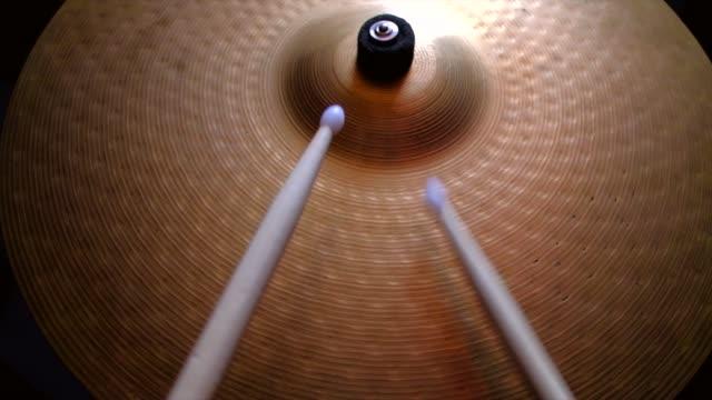 vidéos et rushes de gros plan de batteur jouant sur le roulement de plaque de tambour - instrument à percussion