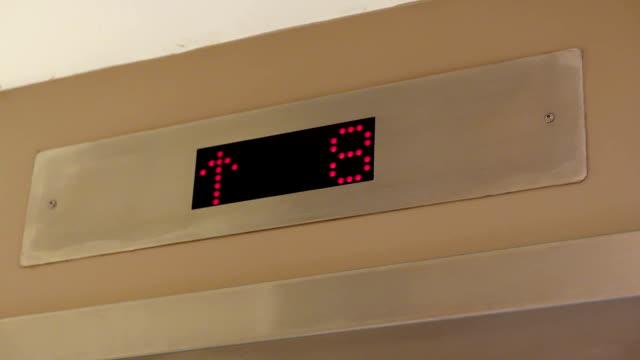 Nahaufnahme der Aufzug Anzeige Etage von 7 bis 12 – Video