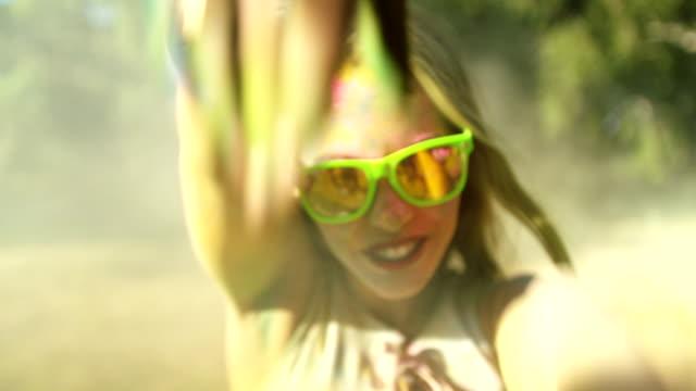 vídeos de stock e filmes b-roll de grande plano cara filmagem de holi rapariga abrangidos em pó - holi