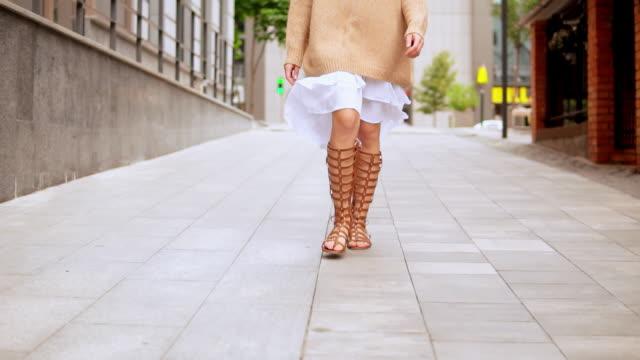 女性の足を閉じる歩く屋外 - 靴点の映像素材/bロール