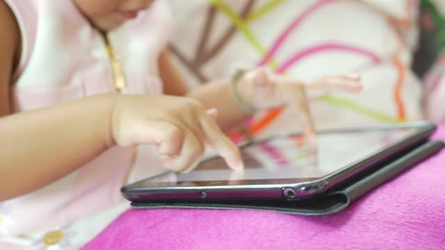 vídeos de stock, filmes e b-roll de fechar o dedo da menina usando tablet digital - salas de aula