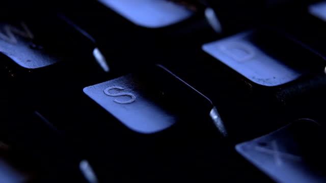 vídeos y material grabado en eventos de stock de cerca dedo s la tecla en el teclado. - letra s
