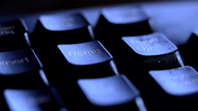 키보드에 홈 키를 누르면 손가락을 닫습니다. - home 스톡 비디오 및 b-롤 화면