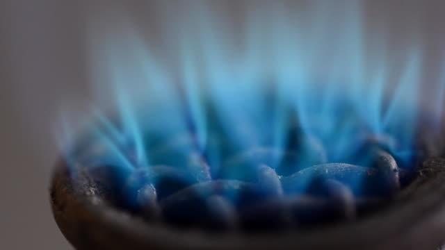 close up flame on bunsen burnners - bunsen beki stok videoları ve detay görüntü çekimi