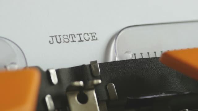närbild bilder av en person skriva rättvisa på en gammal skrivmaskin, med ljud - lagbok bildbanksvideor och videomaterial från bakom kulisserna