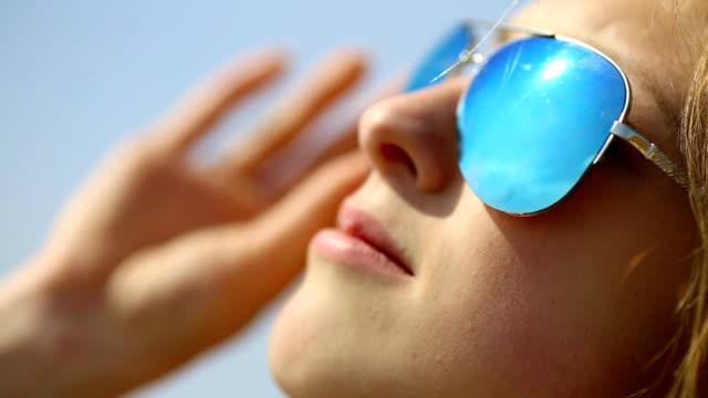 close up - girl in sunglasses - solglasögon bildbanksvideor och videomaterial från bakom kulisserna