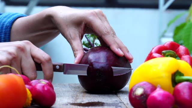 nahaufnahme hand koch schneiden rote bete - chenopodiacea stock-videos und b-roll-filmmaterial