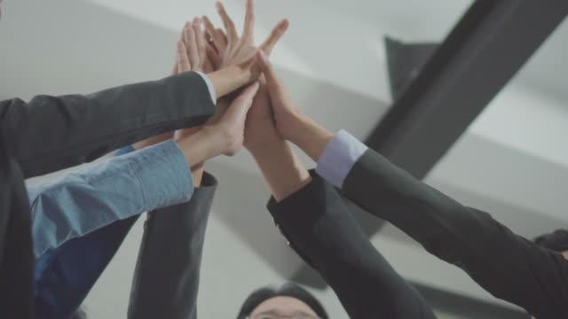 vídeos de stock, filmes e b-roll de close-up mão empregado outra colaboração bem-sucedida merece uma celebração, slow motion - comemoração conceito